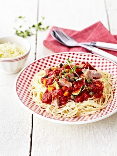 spaghetti mit einer sauce aus tomaten thunfisch kapern m hren und zucchini bild kaufen. Black Bedroom Furniture Sets. Home Design Ideas