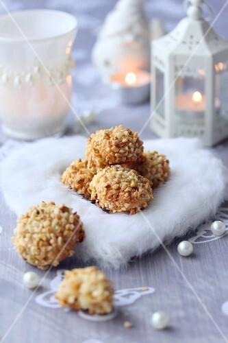 Soft flaked almond bites