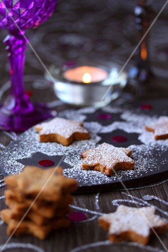 Star-shaped spicy Christmas shotbread cookies
