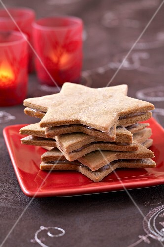 Cinnamon Christmas star-shaped cookies garnished with chestnut spread