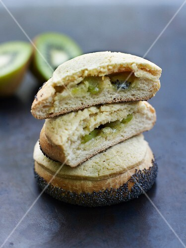 Poppyseed brioche bun with kiwi filling