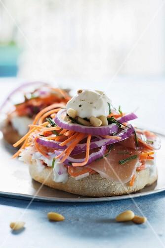 Sandwich-muffin au jambon cru, oignon rouge et carotte râpé