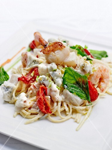 Fried noodles with seafood and gorgonzola