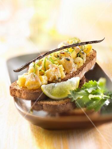 Lemon and vanilla-flavored tuna paté on toast