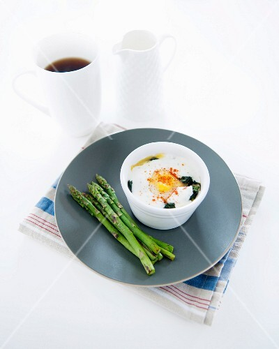 Coodled egg with spinach,steamed green asparagus