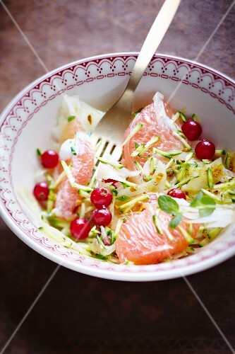 Salad with grated courgette, fennel, grapefruit wedges and redcurrants