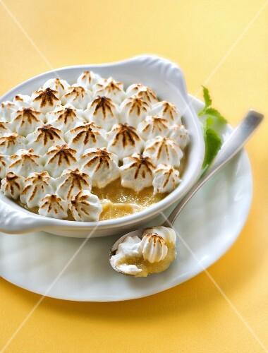 Stewed apple-banana meringue gratin