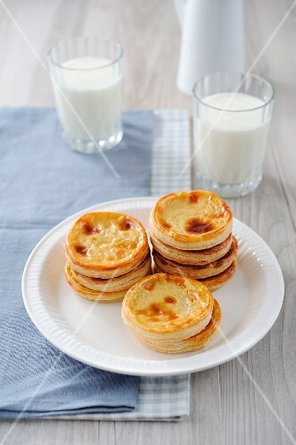Niflettes (puff pastry cream cakes, France)