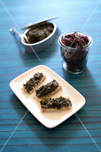 Tartare seaweed on sliced bread