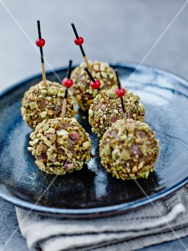Goat's cheese and pistachio cake pops