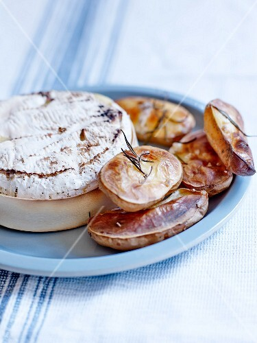 Oven baked Camembert with puffed potatoes