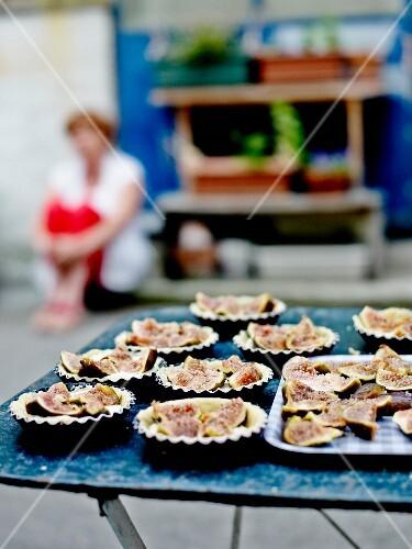 Preparing amandine and fig individual pies