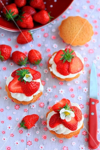 Small creamy strawberry tartlets