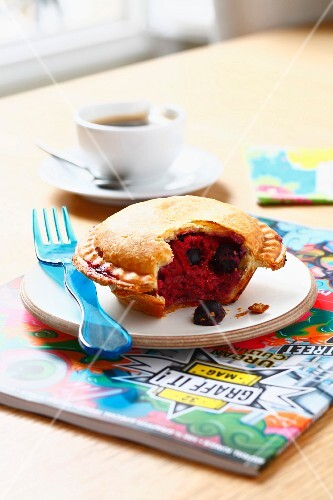 Small almond and fruit pie