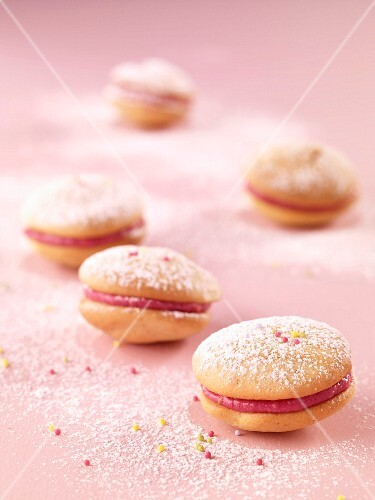 Raspberry whoopies