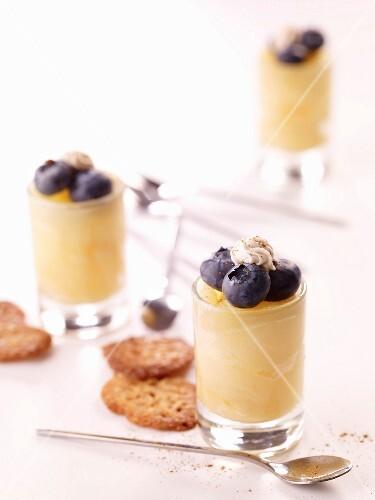 Birnen-Heidelbeer-Dessert in Gläsern