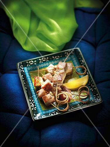 Tuna brochettes a la plancha with lemon sauce