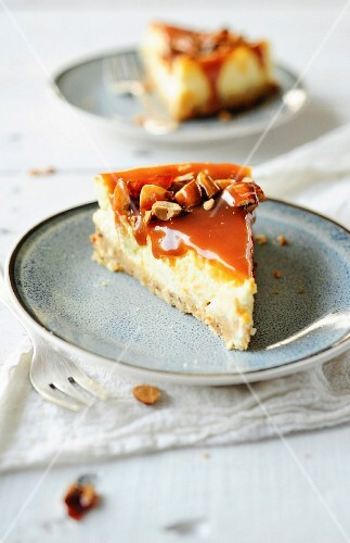 Caramel cheesecake with almonds