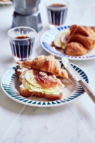 Croissant with cream cheese, apple and prosciutto