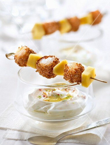 Petoncle scallops coated in sesame seeds and mango brochettes with coconut and lime cream