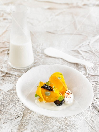 Chard slices on yoghurt wit blackberries and white chocolate