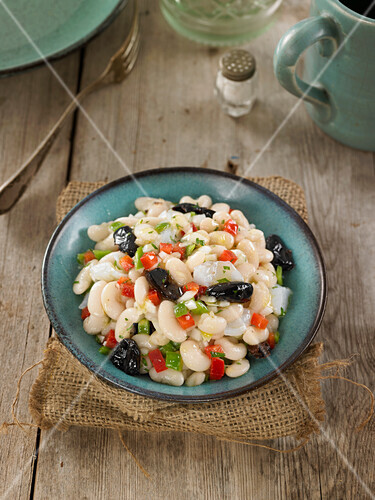 Salad with white beans, cod and black olives