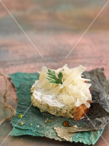 Idiazabal cheese with Patxaran on white bread