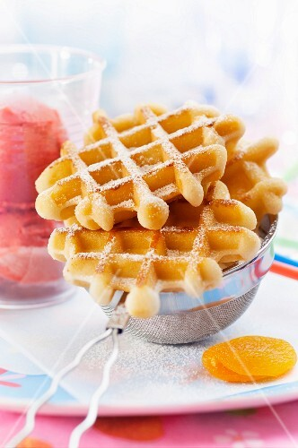 Waffles with icing sugar and strawberry sorbet