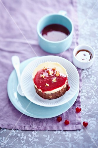 Brownie-cheesecake with redcurrant coulis