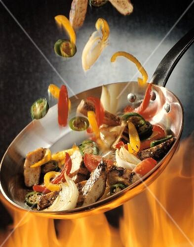 Rindfleisch und Gemüse in Pfanne rösten über offenem Feuer