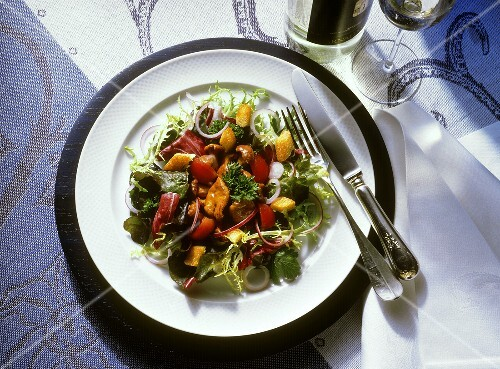 salat mit gebratenen pfifferlingen bilder kaufen 65774 stockfood. Black Bedroom Furniture Sets. Home Design Ideas
