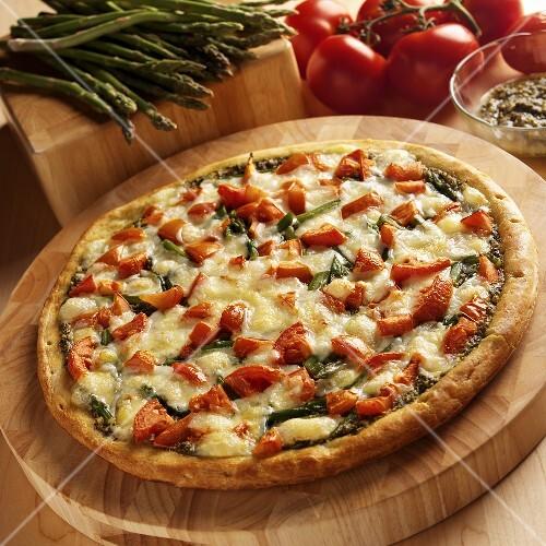 pizza mit gr nem spargel tomaten und pesto bild kaufen 654678 stockfood. Black Bedroom Furniture Sets. Home Design Ideas
