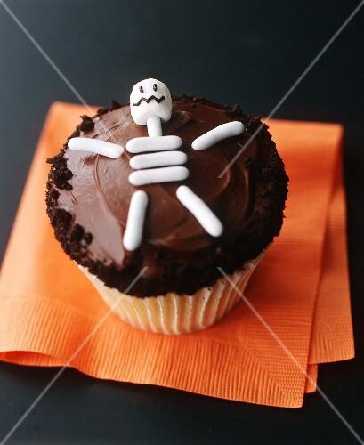 Cupcake mit Skelett für Halloween