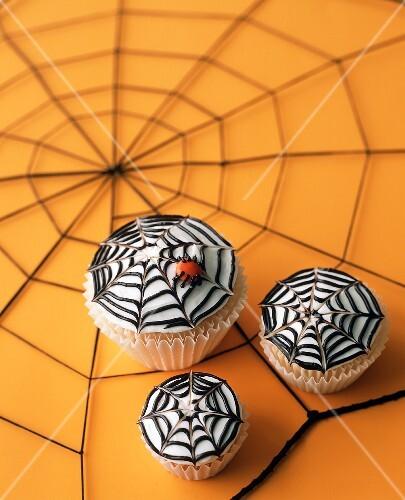 Drei Cupcakes mit Spinnennetz für Halloween