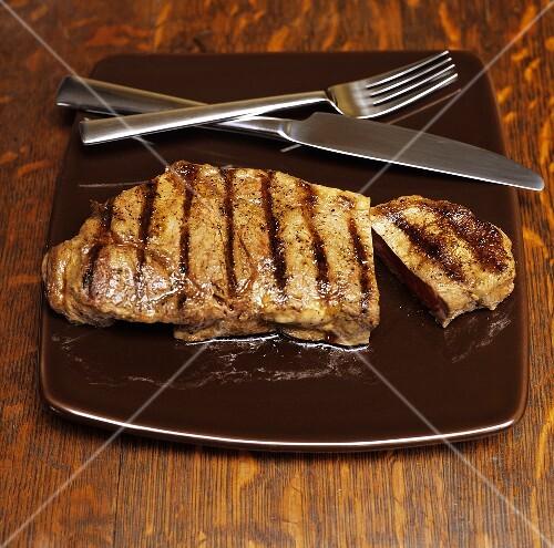 gegrilltes steak auf teller mit besteck bild kaufen 690404 stockfood. Black Bedroom Furniture Sets. Home Design Ideas