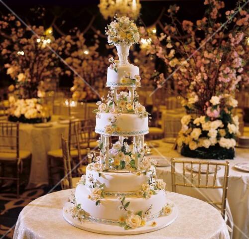 Mehrstockige Hochzeitstorte Mit Blumen Bilder Kaufen 696938