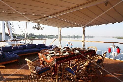 Blick vom Boot auf die Flusslandschaft und Kaffeepause auf überdachtem Sonnendeck, Nil, Ägypten