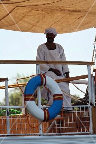 Afrikanischer Passagier auf Reling einer Fähre, Nil, Ägypten