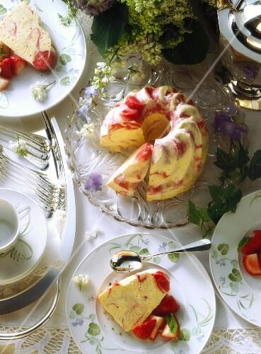 Strawberry-Icecream Gugelhupf